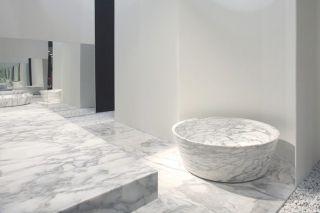 Carved bathtub in Arabescato Statuario